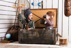 Irmãs que jogam com plano de madeira foto de stock royalty free