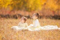 Irmãs que olham acima Imagens de Stock
