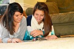 Irmãs que olham um compartimento foto de stock