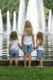 Irmãs que prendem as mãos Imagens de Stock Royalty Free