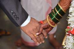 Irmãs que prendem as mãos Imagem de Stock
