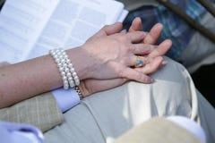 Irmãs que prendem as mãos Fotos de Stock Royalty Free
