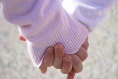 Irmãs que prendem as mãos. Fotos de Stock Royalty Free