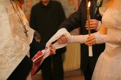 Irmãs que prendem as mãos Imagem de Stock Royalty Free
