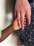 Irmãs que prendem as mãos Fotografia de Stock Royalty Free