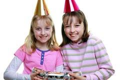 Irmãs que puxam um biscoito no Natal imagem de stock