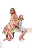 Irmãs que sentam-se no banco Fotografia de Stock Royalty Free
