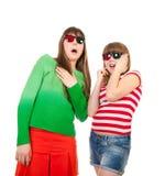 Irmãs que têm o divertimento ao prestar atenção ao filme 3D Imagem de Stock