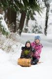 Irmão e irmã que tobogganing Imagens de Stock Royalty Free