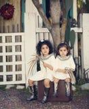 Irmãs e sua bagagem Fotografia de Stock
