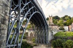 Ironbridge Shropshire - unter die Ansicht, die Eisen-Arbeiten der Struktur zeigt Lizenzfreie Stockfotografie