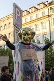ironizing Babis的服装的人出席在布拉格瓦茨拉夫广场的示范反对当前政府 免版税库存照片