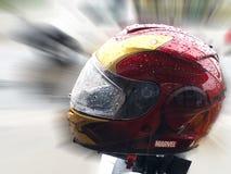 Ironman奇迹英雄在徒升blury背景,曼谷泰国2018年4月28日的摩托车盔甲 库存图片