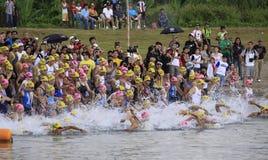ironman菲律宾赛跑启动游泳 免版税库存照片