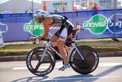 Ironman triathlete einen.Kreislauf.durchmachenfahrrad Lizenzfreies Stockbild