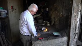 Ironsmith die in zijn workshop in Adiyaman-bazaar van stads de historische oude Oturakci binnen de oude stad, Turkije werken stock videobeelden