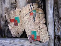 Ironton,科罗拉多鬼城:亚麻油地毡易碎的卷毛反对被风化的灰色木头的 库存照片