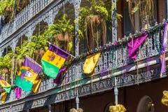 Ironworkgallerier på gatorna av den franska fjärdedelen dekorerade för Mardi Gras i New Orleans, Louisiana Arkivbilder