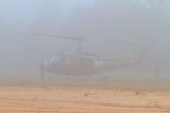 Iroquois UH-1 en la niebla de la madrugada foto de archivo