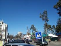 IRPIN UKRAINA - MARS 27, 2011 Folk p? gatorna i stad royaltyfri fotografi