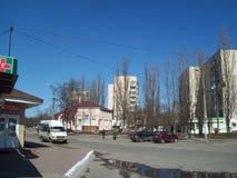 IRPIN UKRAINA - MARS 27, 2011 Folk p? gatorna i stad royaltyfria bilder