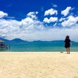 Irra flickan på kustlinjen Royaltyfri Foto