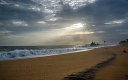 Irrande skepp på stranden Arkivbild