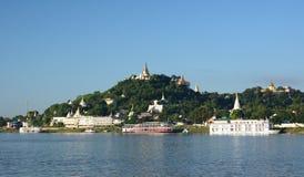 Irrawaddy河和实皆小山 缅甸 免版税图库摄影