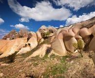 Irrealny świat Cappadocia Głęboki niebieskie niebo w Uchisar kasztelu Zdjęcie Stock