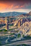 Irrealny świat Cappadocia Wschód słońca w rewolucjonistki róży dolinie w Kwietniu Fotografia Stock