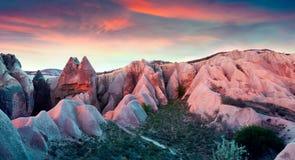 Irrealny świat Cappadocia Zmierzch w rewolucjonistki róży dolinie w Kwietniu Fotografia Royalty Free