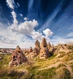 Irrealny świat Cappadocia Dramatyczny niebo w Uchisar kasztelu n Zdjęcia Stock