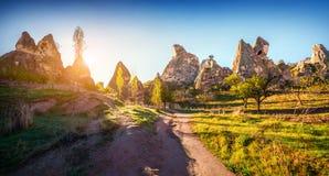 Irrealny świat Cappadocia Wczesny poranek w Uchisar kasztelu Zdjęcia Stock