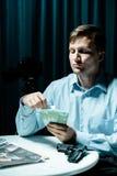Irres, das Geld für Mord zählt Lizenzfreie Stockfotos