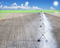 Irrigación de un campo de granja Fotos de archivo