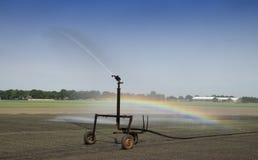 Irrigación en el campo de granja Imagen de archivo libre de regalías
