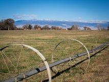 Irrigatie op wielen op gebied in westelijk Colorado met landbouwbedrijven en s royalty-vrije stock foto