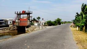 Irrigatie pompstation op de lege weg stock afbeeldingen