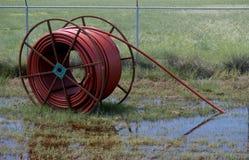 Irrigatieslang op Grote Metaalspoel royalty-vrije stock fotografie