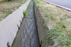 Irrigatiesloot met water Royalty-vrije Stock Fotografie