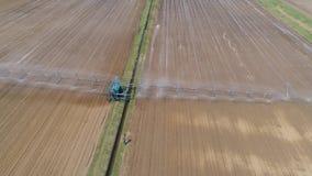 Irrigatiesysteem op landbouwgrond stock video