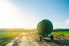 Irrigatiesysteem voor het water geven van landbouwgewassen met een grote slangspoel Industrieel materiaal voor irrigatie Landbouw stock foto