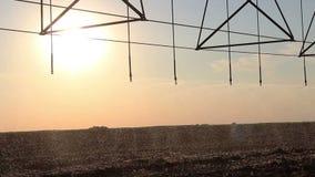 Irrigation centrale de pivot au coucher du soleil 6 banque de vidéos