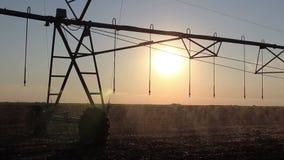 Irrigation centrale de pivot au coucher du soleil 7 banque de vidéos
