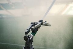 Irrigator automatique de l'eau dans l'action arroseuse en gros plan de l'arrosage automatique photo stock