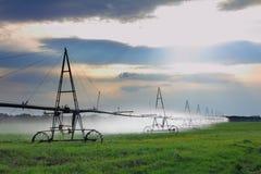 Irrigazione automatica del campo di agricoltura Fotografia Stock Libera da Diritti