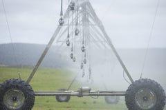 Irrigazione dal fertilizzante di spruzzatura del perno sull'azienda agricola Fotografia Stock