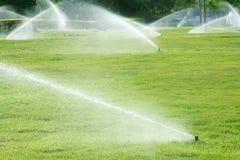 Irrigazione del giardino Fotografie Stock Libere da Diritti