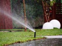Irrigazione del giardino - primo piano dello spruzzatore Immagini Stock Libere da Diritti