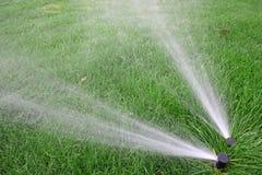 Irrigazione del prato inglese Fotografie Stock